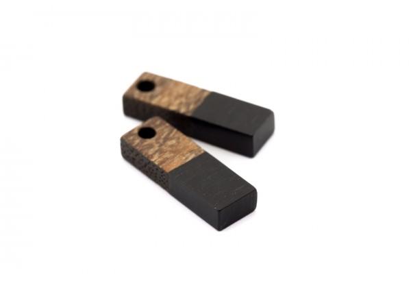 2 Breloques Bois et Résine - Dim. : 17 x 5 mm / Ep. : 3 mm - Bi-colore : Bois et Résine Noir